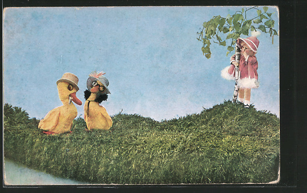 AK Mädchen beobachtet zwei Küken, Puppen, Mutzipuppen und Mutzitiere