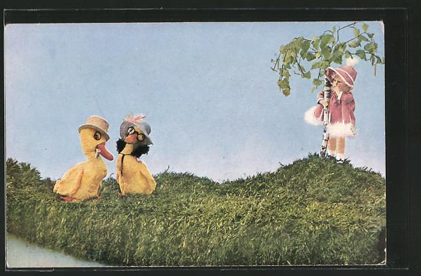 AK Mädchen sieht zwei Küken, Puppen, Mutzipuppen und Mutzitiere