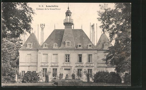 AK Lencloître, la facade principale du château de la Grand'Cour