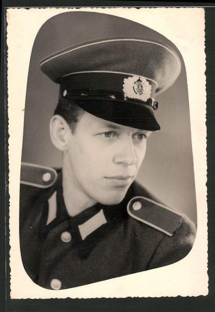 Foto-AK NVA Soldat in Uniform mit Mütze