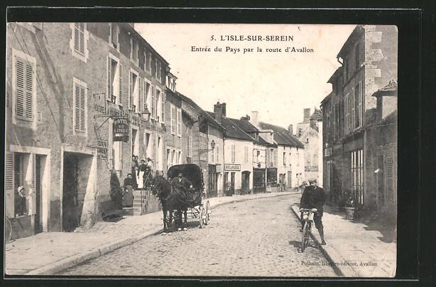 AK L'Isle-sur-Serein, l'entrée du pays par la route d'Avallon, l'hôtel de l'Etoile, quelques personnes, un attelage