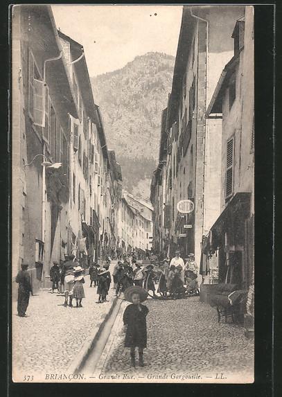 AK Briancon, la Grande Rue avec la grande gargouille, des enfants dans la rue