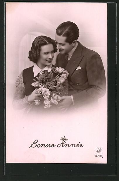 Foto-AK P.C.Paris, Nr.5241/4: Bonne Année, Liebespaar mit Blumenstrauss