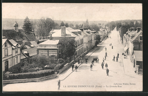 AK La Rivière-Thibouville, la Grande-Rue, vue prise en surplomb, des gens sur la route