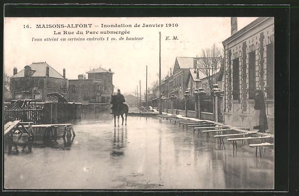 AK Maison-Alfort, Inondation de Janvier 1910, La Rue du Parc submergée, Reiter unterwegs, Hochwasser