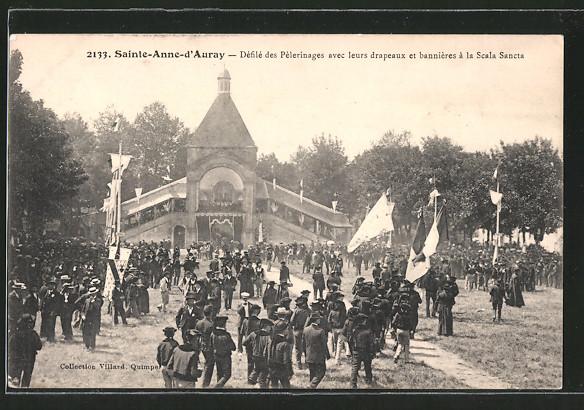 AK Sainte-Anne-d'Auray, Défilé des Pélerinage avec leurs drapeaux et banniéres á la Scala Sancta