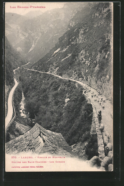 AK Laruns, la vieille et la nouvelle route des Eaux-Chaudes avec les gorges, un troupeau de moutons sur la vieille route