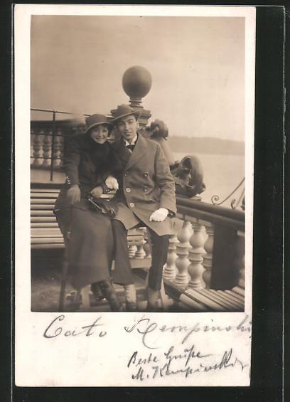 AK Schauspielerin Annie Wilkens-Schulthoff sitzt mit einem Mann auf einer Bank