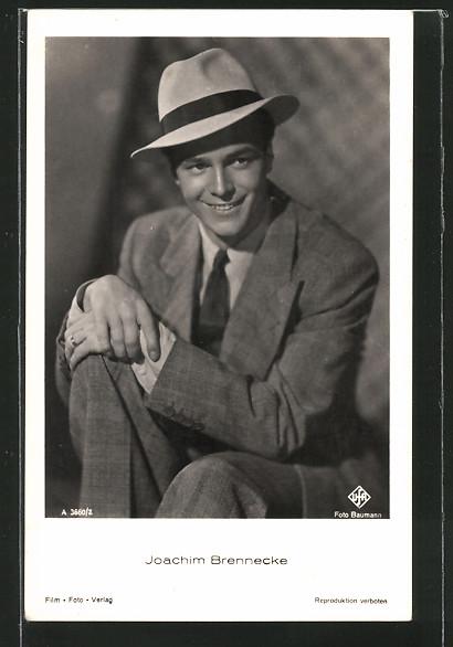 AK Schauspieler Joachim Brennecke lächelnd im Anzug und Hut porträtiert