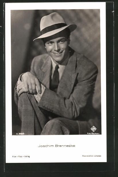 AK Schauspieler Joachim Brennecke im Anzug und Hut posierend