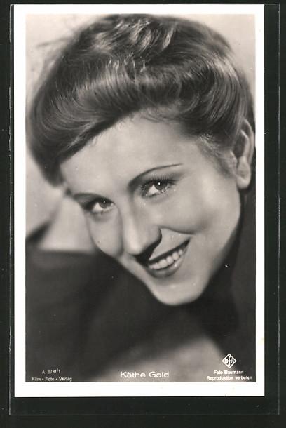 AK Schauspielerin Käthe Gold lächelnd in Kamera schauend