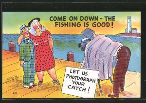 AK Fotograf fotografiert mit seinem Fotoapparat einen kleinen dünnen Mann mit seiner dicken Frau