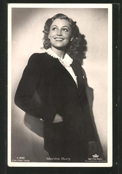 AK Schauspielerin Monika Burg lächelnd zur Seite schauend