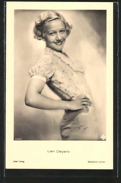 AK Schauspielerin Lien Deyers lächelnd in Kamera schauend