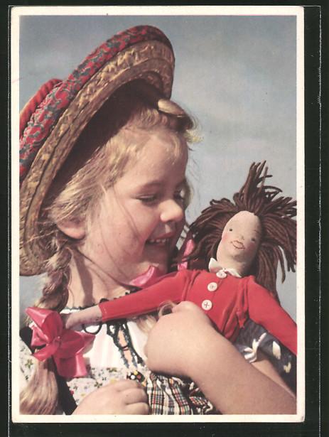 AK Mädchen mit einer Puppe im Arm