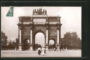 AK Paris, L'Arc de Triomphe, Triumphbogen mit edel gekleideten Damen mit Hüten