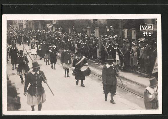 Foto-AK Aarau, Parade der Landsknechte mit Hellebarde und Fahne