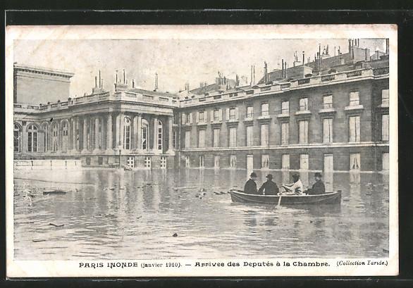 AK Paris, inondations de janvier 1910, arrivée des députés en barque à la chambre