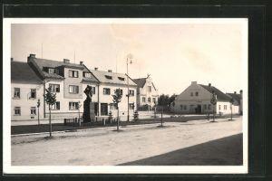 AK Horni Jeleni, Strassenpartie mit Denkmal und Gebäudeansicht