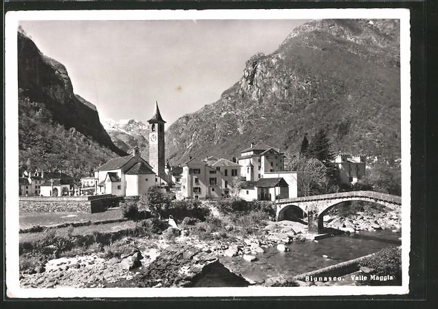 AK Bignasco, Valle Maggia, Ortspartie mit Brücke und Kirchturm