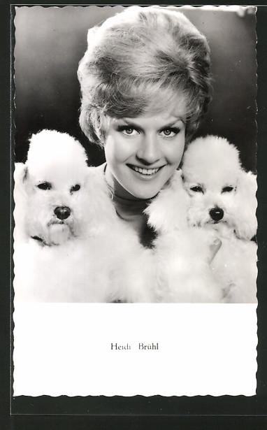 AK Schauspielerin Heidi Brühl mit zwei Pudeln