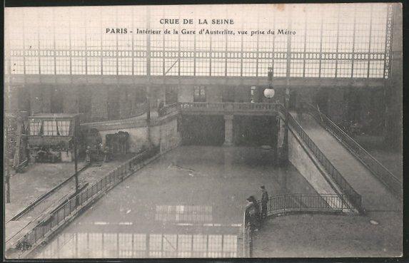 AK Paris, Crue de la Seine, Intérieur de la gare d'Austerlitz, vue prise du métro