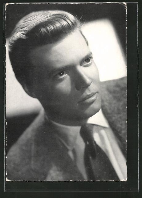AK Schauspieler Karlheinz Böhm im Anzug porträtiert