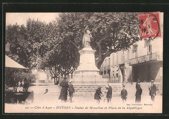 AK Hyères, la statue de Massillon à la place de la République, quelques personnes sur la place