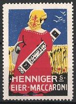 Reklamemarke Hennigers Eier-Maccaroni, Bäuerin auf dem Feld mit Nudelpackung