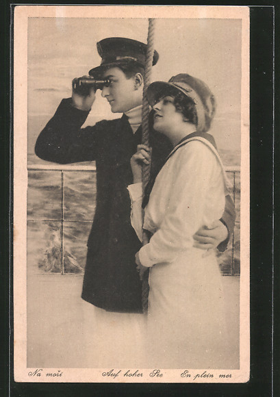 AK Auf hoher See, Seefahrer schaut durchs Fernglas mit seiner Liebsten im Arm