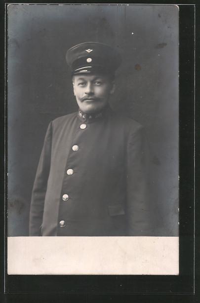 Foto-AK Eisenbahner in Uniform mit Schirmmütze