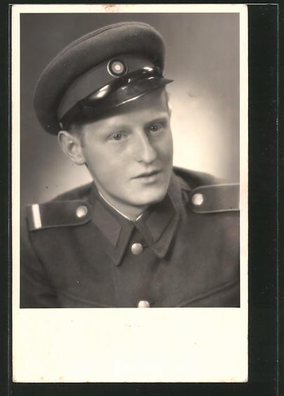 Foto-AK Portrait Soldat der NVA in Uniform mit Schirmmütze