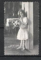 Reklamemarke Mädchen mit Blumenstrauss