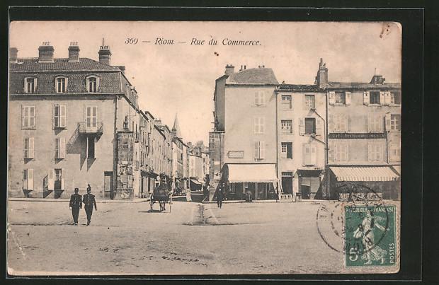 AK Riom, Rue du Commerce, Strassenpartie mit Geschäften