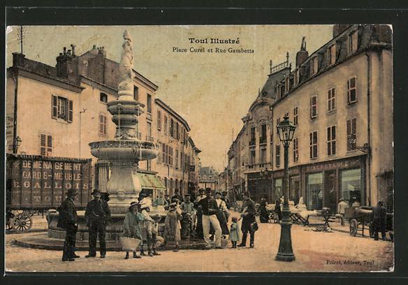 AK Toul, Place Curel et Rue Gambetta, Strassenpartie mit Brunnen