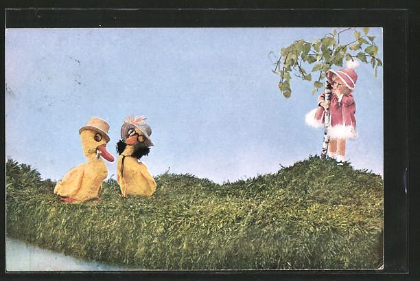 AK Enten und kleines Mädchen auf einer Wiese, Mutzipuppen und Mutzitiere