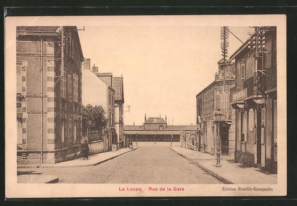 AK La Loupe, Rue de la Gare, Strassenpartie am Bahnhof