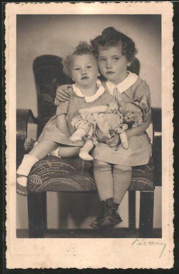 AK Geschwister mit einer Puppe im Arm