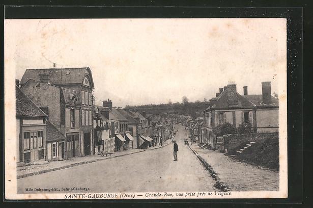 AK Sainte Gauburge, Grande Rue, vue prise près de l'église