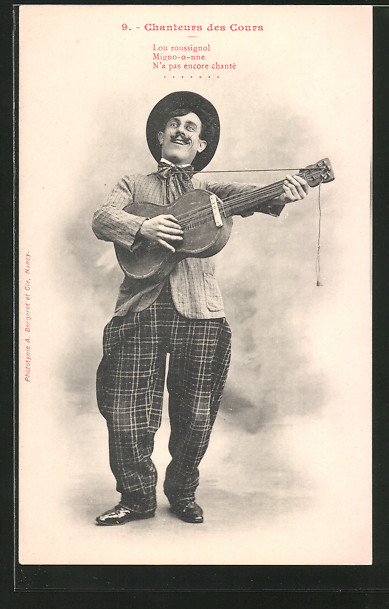 AK chanteurs de cours, Mann spielt auf einer Gitarre