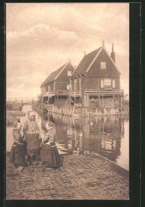 AK Marken, Kinder in Tracht am Ufer