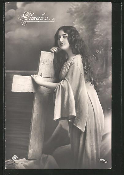 AK schöne Frau mit einem Kreuz, Glaube, Allegorie