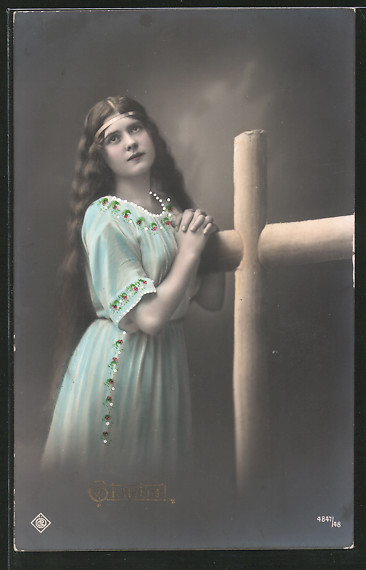 AK Frau betet an einem Kreuz, Glaube, Allegorie