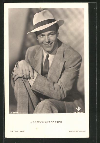 AK Schauspieler Joachim Brennecke lacht im Anzug mit Hut