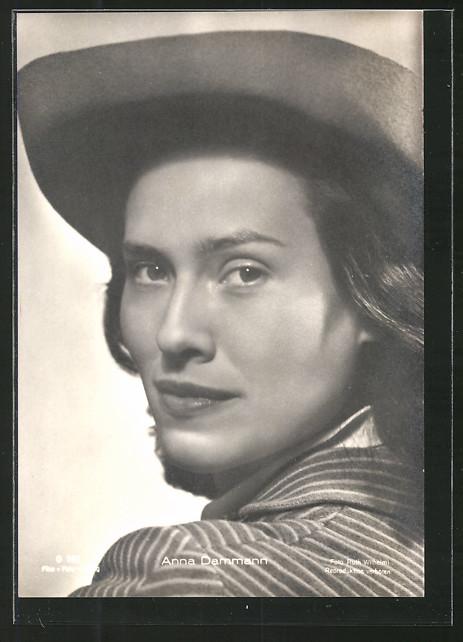 AK Schauspielerin Anna Dammann mit Cowboyhut