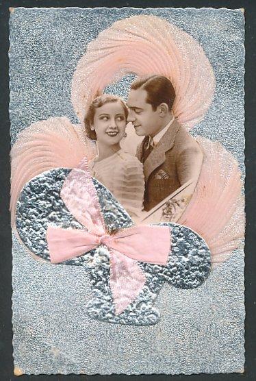 Oblaten-AK aufgeklebtes Bild des Paares im Körbchen mit rosa Wolken