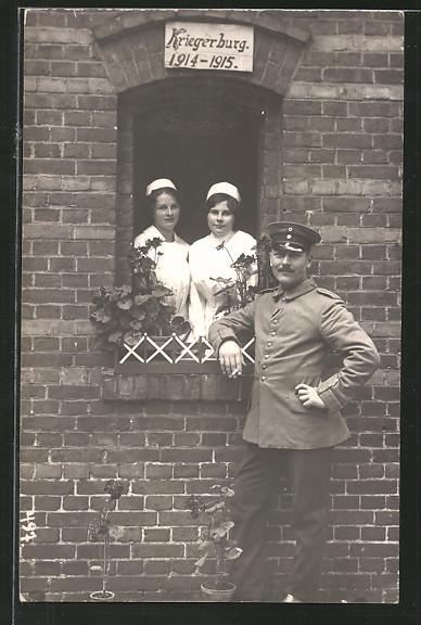 Foto-AK feldgrauer Unteroffizier und Krankenschwestern