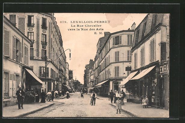 AK Levallois Perret, La Rue Chevalier vers la Rue des Arts, Promeneurs dans la rue