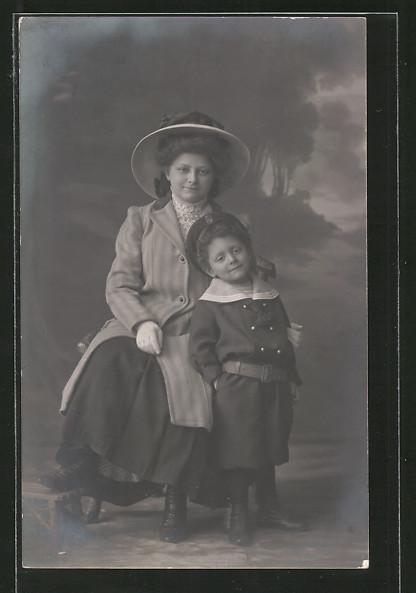Foto-AK Frau mit Kind in Matrosenuniform