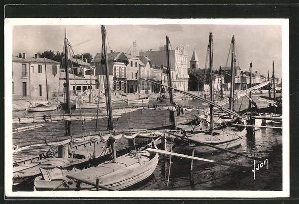 AK Le Grau-du-Roi, les bateaux de pêche, le canal et la rive droite